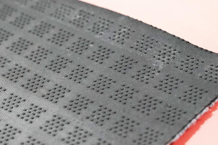 タートルマットは優れた吸水性の生地が水分をためることにより、 床を掃除した時に汚れを残さないよう開発されています。